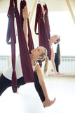 Parsvottanasana-Yogahaltung in der Hängematte Lizenzfreie Stockfotografie