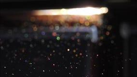 Partículas de poeira que dançam em um feixe da luz solar video estoque