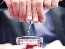 Partículas del azúcar que caen Imagenes de archivo