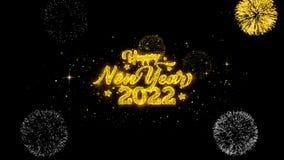 Partículas douradas piscar do texto do ano novo feliz 2022 com exposição dourada dos fogos de artifício