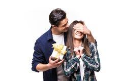 Part de cadeau de couples Le jeune homme font une surprise pour son amie Photo libre de droits