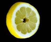 Part de citron sur le noir Image stock