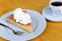 Part de gâteau aux pommes avec du café Photographie stock libre de droits