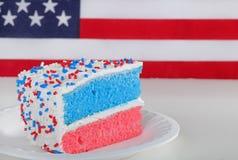 Part de gâteau blanc et bleu rouge Photographie stock
