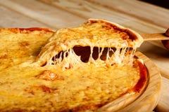 Part de margarita de pizza soulevée vers le haut Photographie stock
