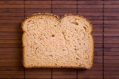 Part de pain complet frais. photos libres de droits
