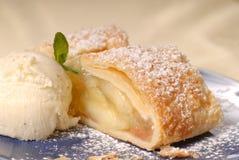 Part de strudel aux pommes avec de la crème de glace à la vanille Photographie stock libre de droits