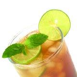 Part en bon état de lame et de limette sur le thé glacé Photos stock