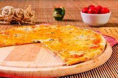 Part italienne de pizza sur la table Images stock