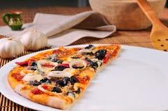 Part italienne de pizza sur la table Photo libre de droits