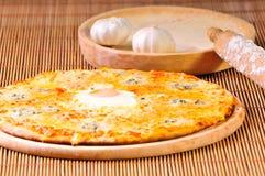 Part italienne de pizza sur la table Images libres de droits