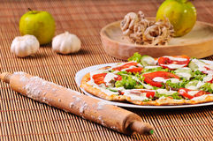 Part italienne de pizza sur la table Image libre de droits