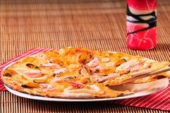 Part italienne de pizza sur la table Photographie stock