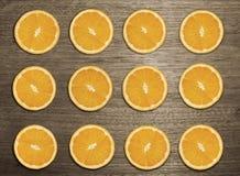 Part orange sur la table en bois Photos libres de droits