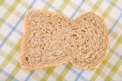Part simple de pain complet sur le tissu de toile images libres de droits