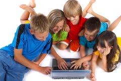 Partage d'un ordinateur portatif Images libres de droits