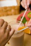 Partage d'un smoothie Photos libres de droits