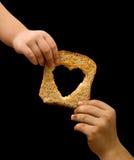 Partage de la nourriture avec l'indigent Photographie stock libre de droits