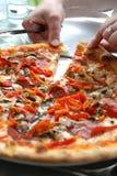 partage de pizza de pepperoni Image libre de droits