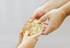 Partage du pain. Photo libre de droits
