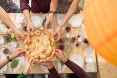 Partager la pizza Image libre de droits