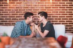 Partager le vin et le romance photo libre de droits