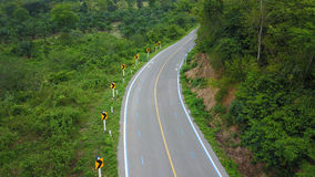 Partager len entre la bicyclette et la voiture dans la route de campagne images libres de droits