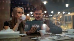 Partager leur album photos en ligne au café banque de vidéos