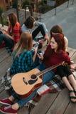 Partager social de smartphones de dépendance de media photo stock