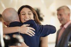 Partager un moment avec le papa mon jour du mariage Photographie stock libre de droits