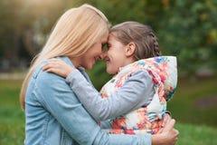 Partager un moment entre la mère et la fille Photos libres de droits