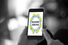 Partagez le concept d'idées sur un smartphone photo stock