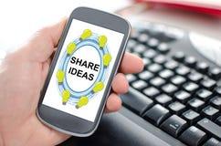 Partagez le concept d'idées sur un smartphone photographie stock