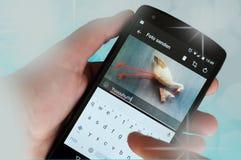 Partagez les bonnes actualités par l'intermédiaire de la photo sur les réseaux sociaux photo libre de droits