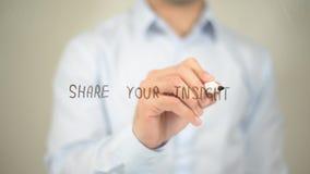 Partagez votre analyse, écriture d'homme sur l'écran transparent Photo libre de droits