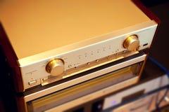 Parte alta d'annata del lusso del sistema stereo di due amplificatori audio Immagine Stock