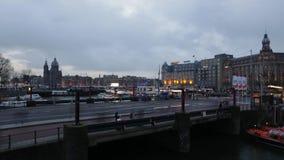 Parte anterior da estação central de Amsterdão com povos e os bondes moventes Lapso de tempo video estoque