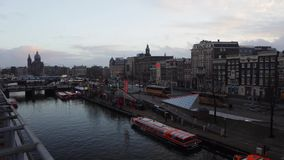 Parte anterior da estação central de Amsterdão com povos e os bondes moventes Lapso de tempo filme