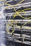 Parte anterior do servidor que mostra a fiação e que swiching imagens de stock