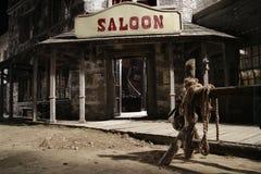 Parte anteriore ad ovest selvaggia del salone con lo scaffale del legamento alla notte Fotografia Stock