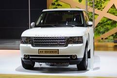 Parte anteriore bianca del suv della Range Rover Immagini Stock