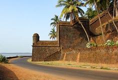 Parte anteriore del fiume della fortificazione di Reis Magos in Goa Fotografia Stock