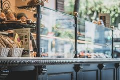 Parte anteriore del negozio del caffè in Europa fotografie stock libere da diritti