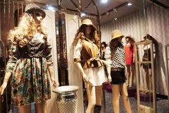 Parte anteriore del negozio di vestiti della finestra del negozio di modo Fotografia Stock