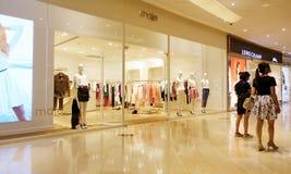 Parte anteriore del negozio di vestiti di modo Fotografie Stock Libere da Diritti
