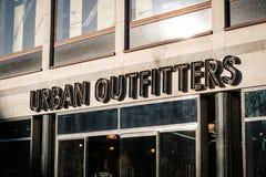 Parte anteriore del negozio del negozio di vestiti di Urban Outfitters a Berlino fotografie stock libere da diritti