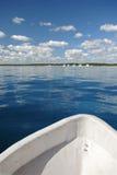Parte anteriore del peschereccio su acqua fotografia stock
