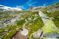 Parte anteriore del segno della traccia dell'alta montagna e del cielo blu Fotografia Stock Libera da Diritti