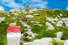 Parte anteriore del segno della traccia dell'alta montagna e del cielo blu Fotografie Stock