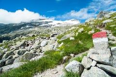 Parte anteriore del segno della traccia dell'alta montagna e del cielo blu Fotografia Stock
